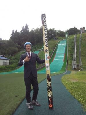 ビジネススーツでスキージャンプ
