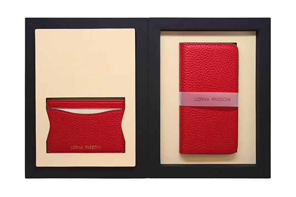 f134908744 「LORNA PASSONI」の「Leather Folio  Case」は、高品質な雄の子牛革を使用し、イタリアの熟練した職人の手作業で丁寧に加工された柔らかい手触りの手帳型ケース。